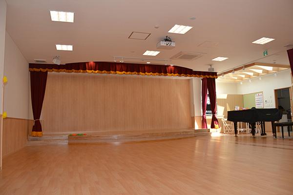 ステージのある多目的ホール